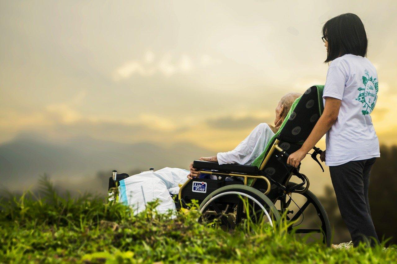 Rollstuhl kaufen Pflegerollstuhl-mit-zusaetzlichen-Funktionen